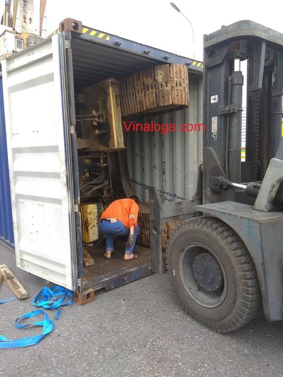 Rút máy xúc từ container