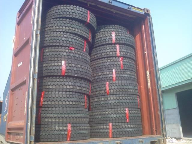 Mở container hàng lốp xe nhập khẩu
