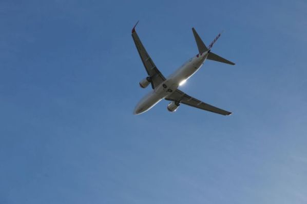 Máy bay trên bầu trời