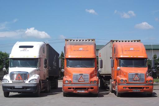Đội xe container chở hàng