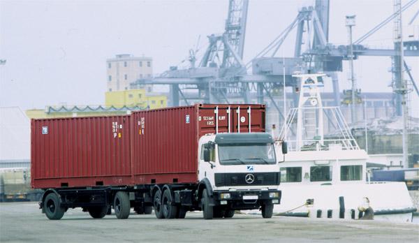 Xe container chạy trong cảng biển